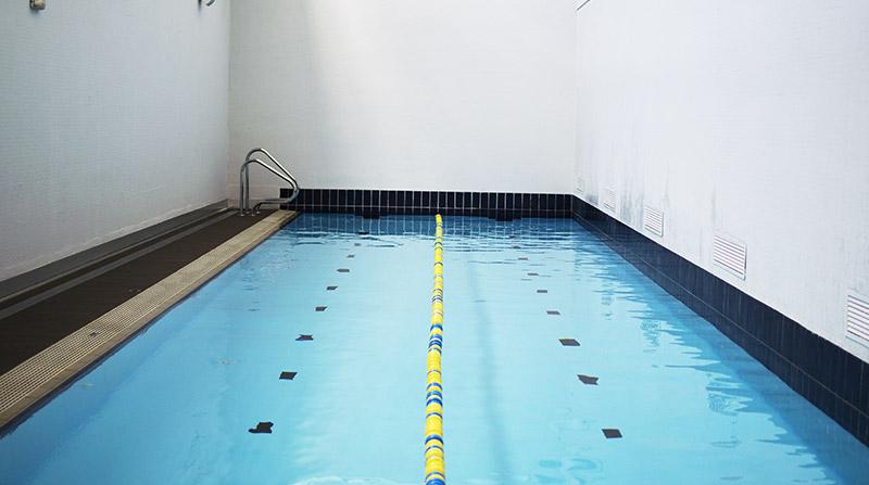 Nadar en piscina